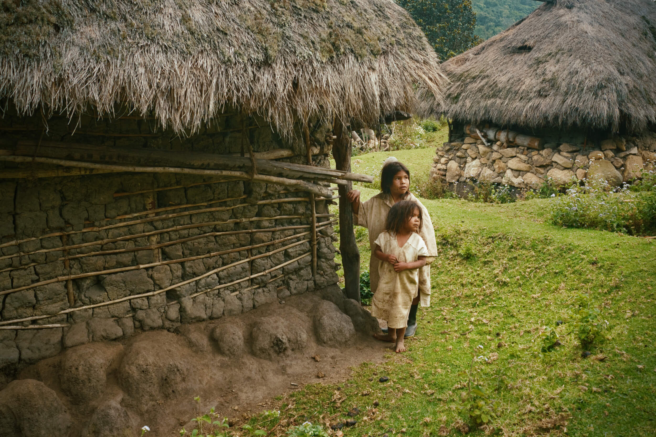arhuaco children by their home