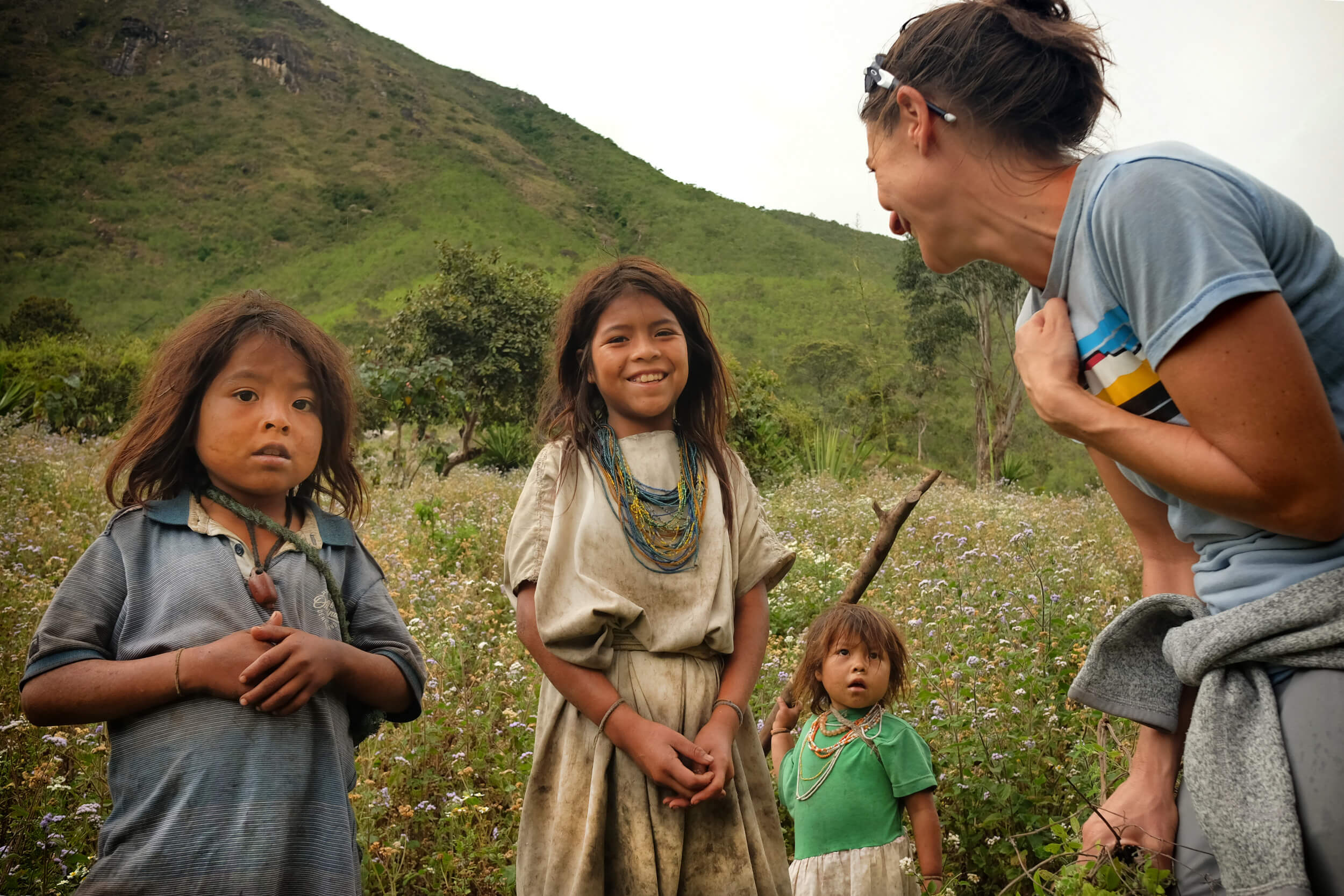 Claire talsking to arhuaco children